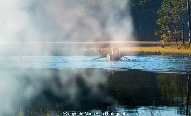 Mái chèo trong sương sớm ban mai
